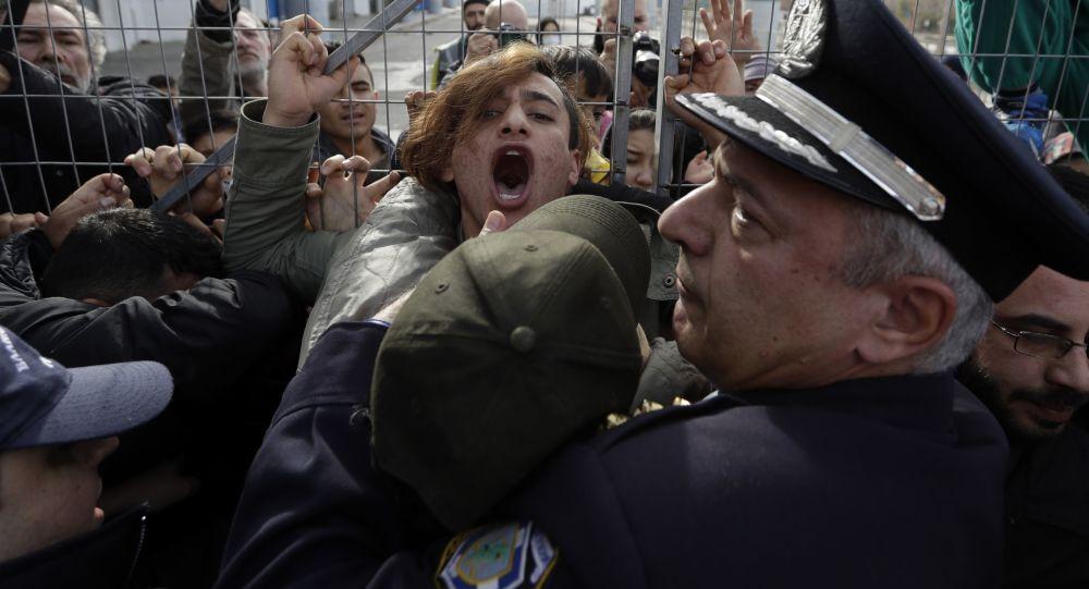 Policie zadržuje migranty z Afghánistánu na jihu Atén, Řecko