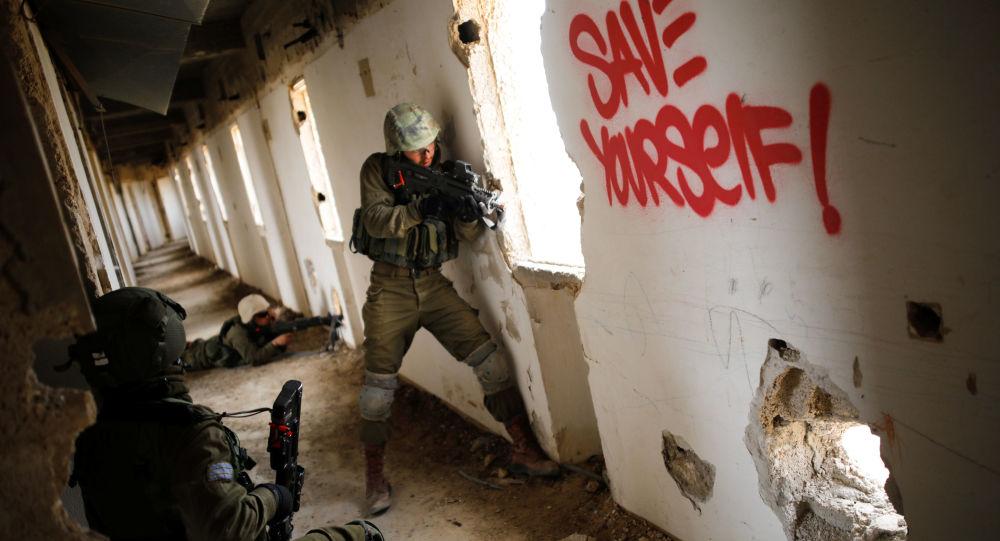 Vojáci izraelské armády se účastní vojenského cvičení v prostoru opuštěného hotelu v Aradu