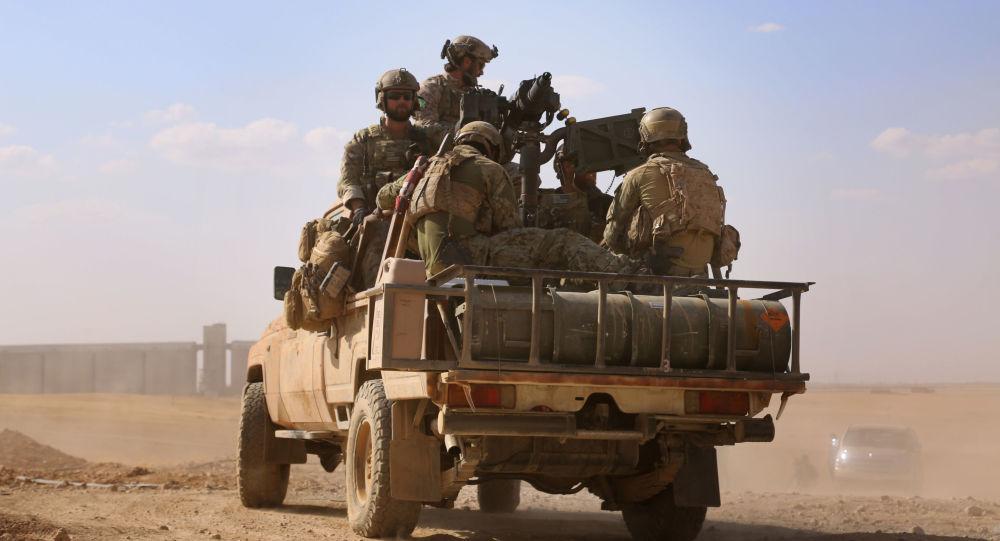 Lidé v uniformě SDF nedaleko Rakky