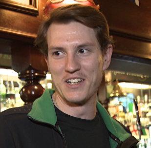 Zpravodaj RT si promluvil s fotbalovými fanoušky v londýnském pubu