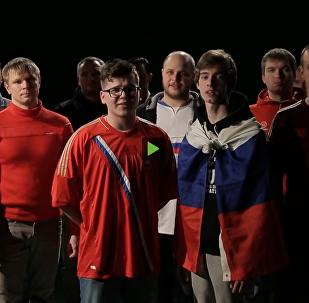 """""""Přijeďte, nedotkneme se"""": ruští fotbaloví fanoušci zazpívali píseň britským fanouškům"""
