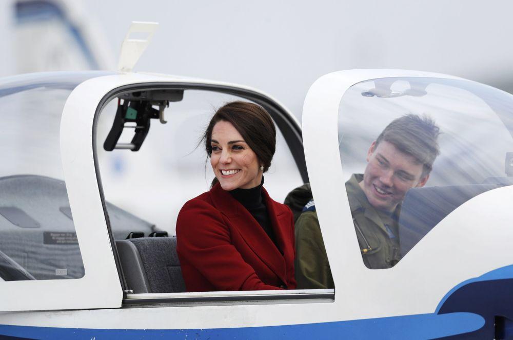 Vévodkyně z Cambridge Catherine v kabině cvičného letadla při návštěvě základny Královského válečného letectva Velké Británie