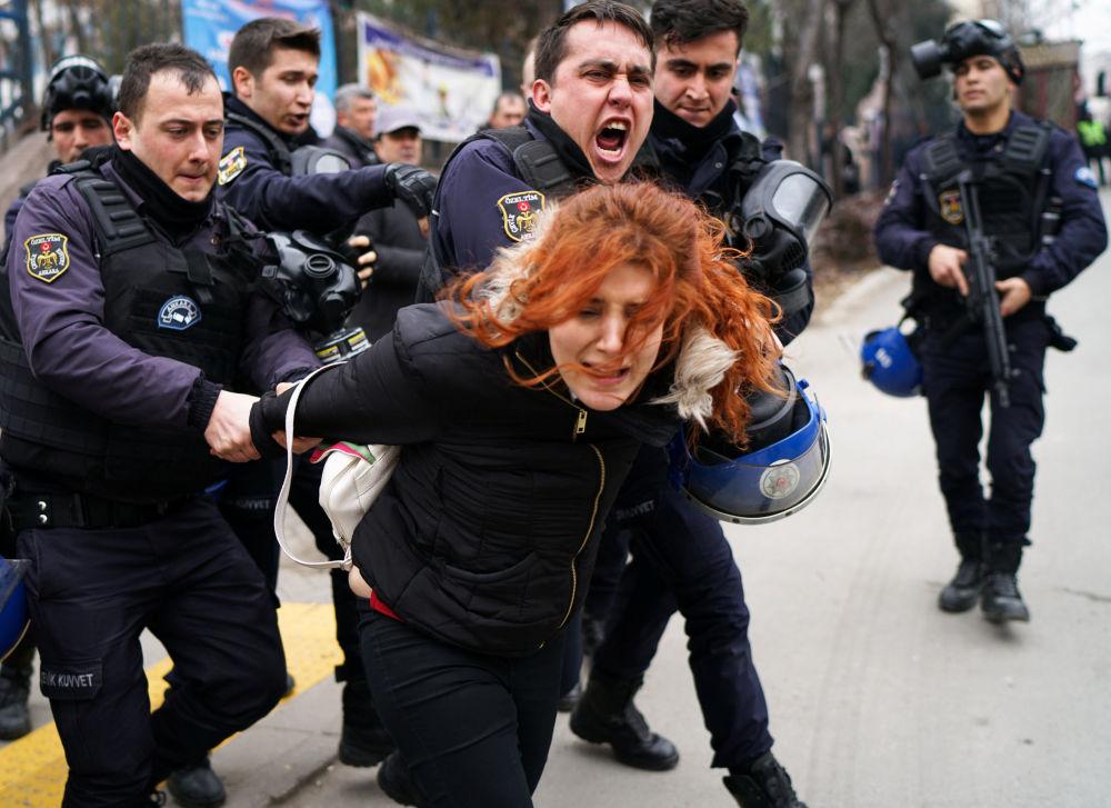 Policie zadržuje ženu během protestů v studentském městečku v Ankaře
