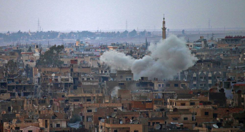 Kouř nad městem Dar'á v Sýrii