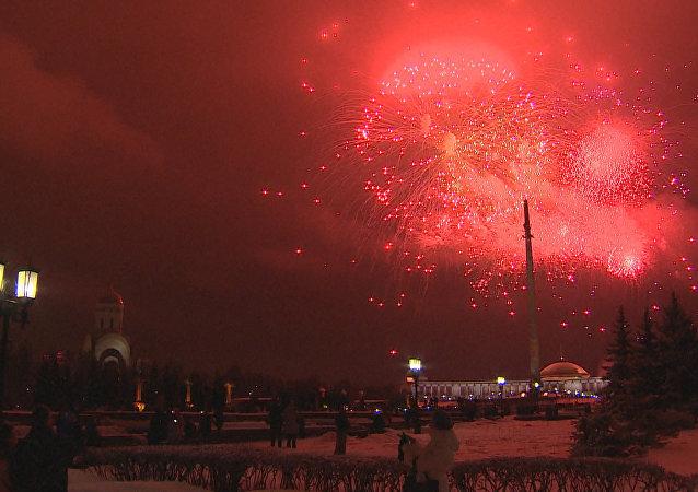 Ohňostroj u příležitosti dne obránců vlasti v Rusku