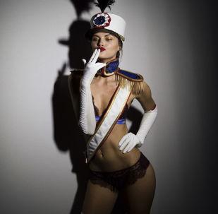 Modelka pózuje v zákulisí před zahájením defilé designérské sbírky Andres Sarda sezóny podzim-zima na Týdnu módy v Madridu
