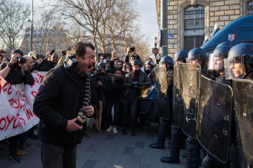 Policisté a účastníci protestní akce proti policejnímu násilí na Náměstí republiky v Paříži
