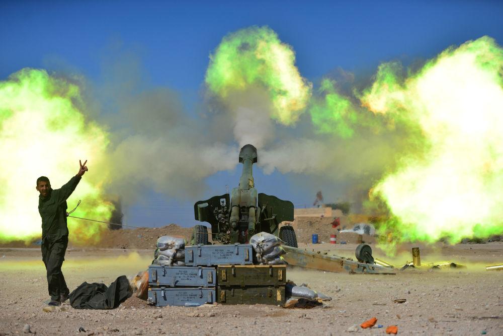 Voják Sil lidové mobilizace během ostřelování pozic teroristů IS na západě Mosulu, Irák