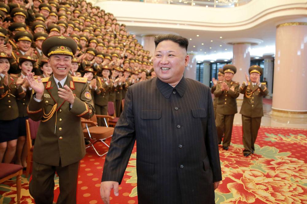 Severokorejský vůdce Kim Čong-un na představení na počest 70. výročí Státního zaslouženého sboru v Národním divadle, Pchjongjang