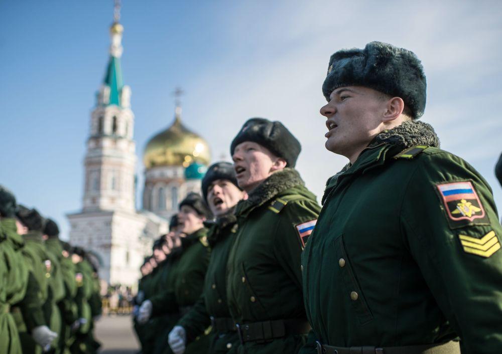 Vojáci během oslav Dne obránců vlasti na Soborném náměstí před Uspenským chrámem v Omsku