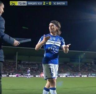 Francouzského fotbalistu vyloučili za to, že vyrazil tabuli z rukou rozhodčího
