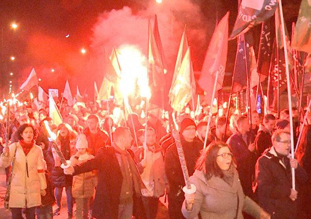 Polští nacionalisté provedli marš s pochodněmi, aby poctili takzvané prohleté vojáky