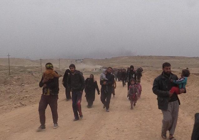 Civilisté utíkají z Mosulu, kde pokračuje protiteroristická operace