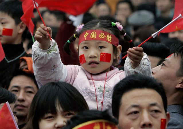 Děti s čínskými vlajkami