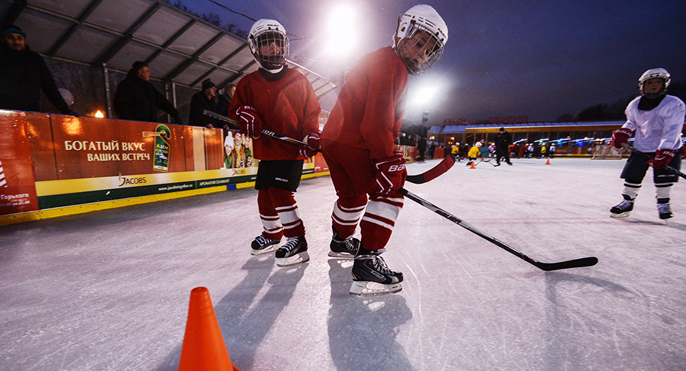 Děti hrají hokej (ilustrační foto)