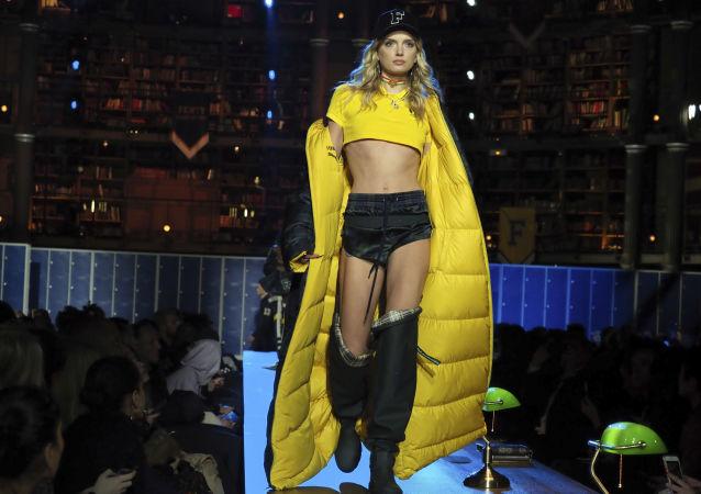 Modelka na přehlídce kolekce zpěvačky Rihanny pro značku Fenty's sezóny podzim-zima 2017/2018 v Paříži