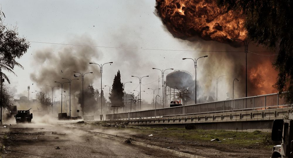 Kouř a oheň po explozi auta v Mosulu, Irák