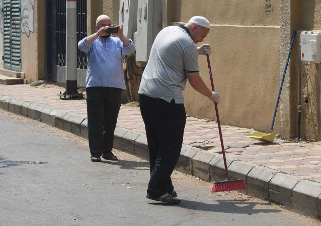 Ruští poutníci uklízejí ulici v Mekce během hadždže