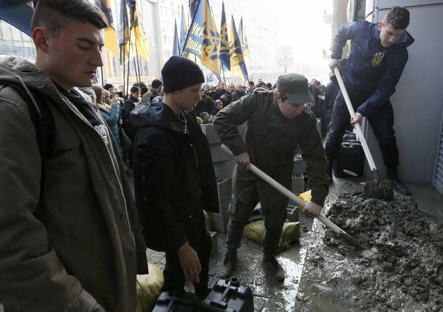 """Radikálové v Kyjevě zazdívají vchod do kanceláře """"dcery"""" Sberbank"""
