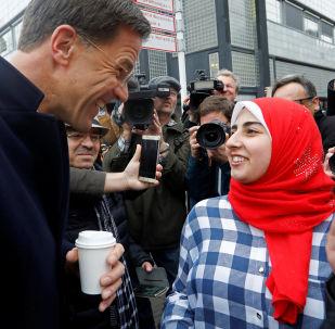 Mark Rutte mluví s voliči