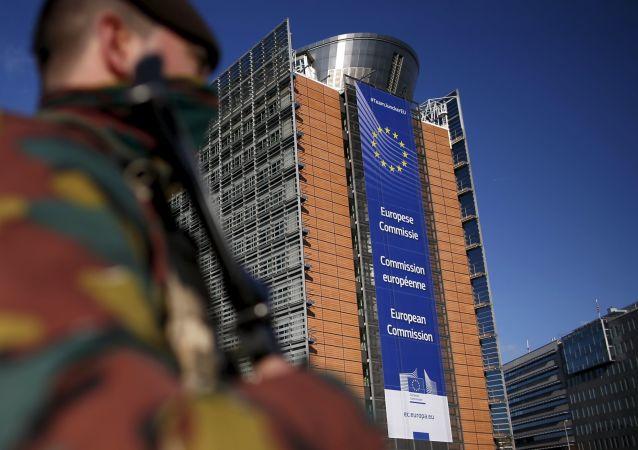 Belgický voják u sídla Evropské komise v Bruselu