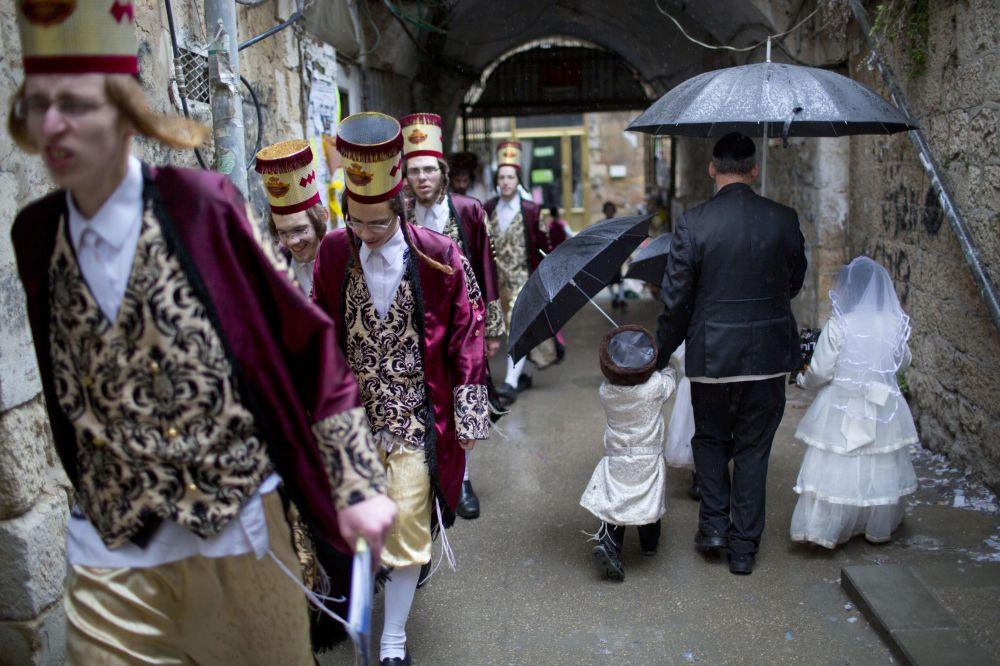 Ultra ortodoxní Židové na oslavách svátku Purim v Jeruzalému