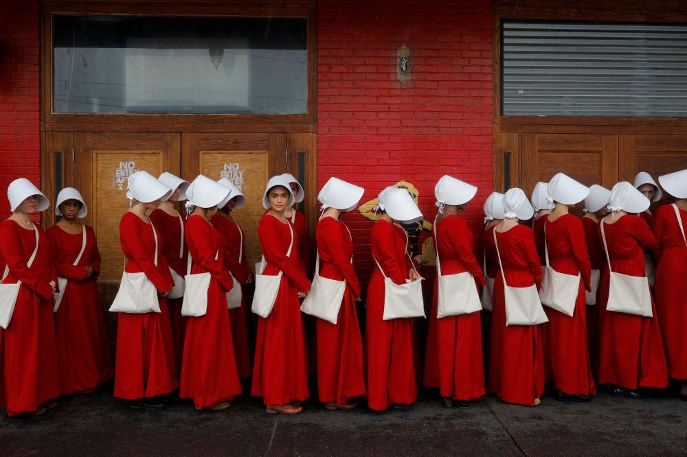 Ženy převlečené za služky reklamují stejnojmenný seriál na festivalu v Austinu, USA