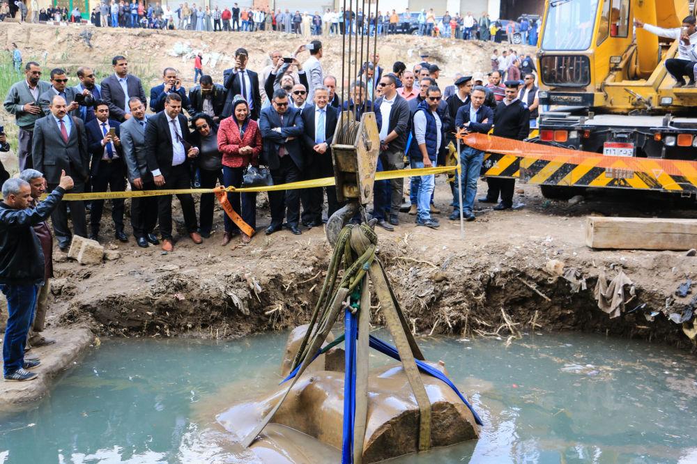 Vytažení z podzemních vod úlomků osmimetrové sochy faraóna Ramsese II objevené archeology z Egyptu a Německa ve východní čtvrti Káhiry