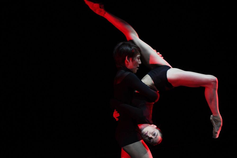 Tanečníci v baletním představení X2 na předpremiérovém uvedení nového programu projektu Průsečík 2017 v Akademickém hudebním divadle Stanislavského a Němiroviče-Dančenka v Moskvě