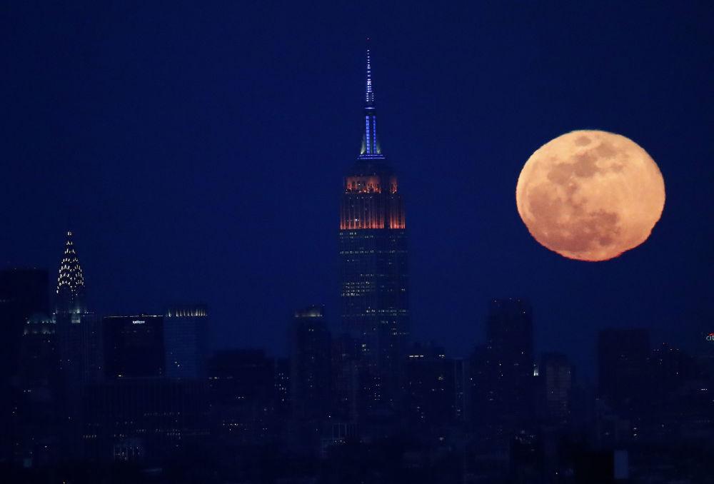 Úplněk na pozadí Empire State Building v New Yorku