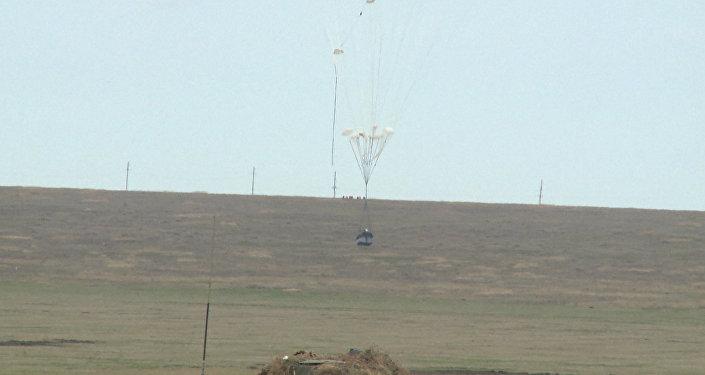 Výsadek bojových vozidel z letadla Il-76 během cvičení na Krymu