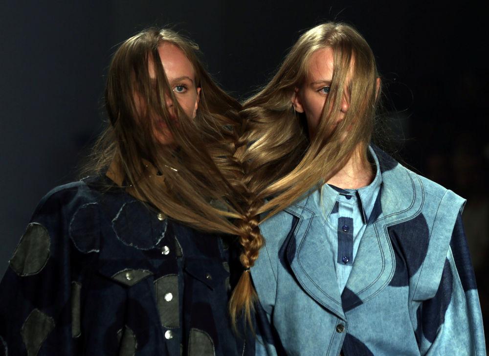 Modelky na defilé Amapo během Týdne módy v Sao Paolo, Brazílie