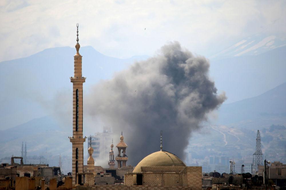 Kouř po výbuchu na východě Damašku, Sýrie