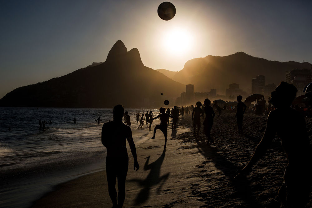 Daniel Rodrigues «People playing soccer ball on Ipanema beach at sunset, Rio de Janeiro», 3. místo