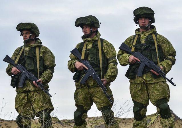 Ruští vojáci na výcvikovém prostoru na Krymu