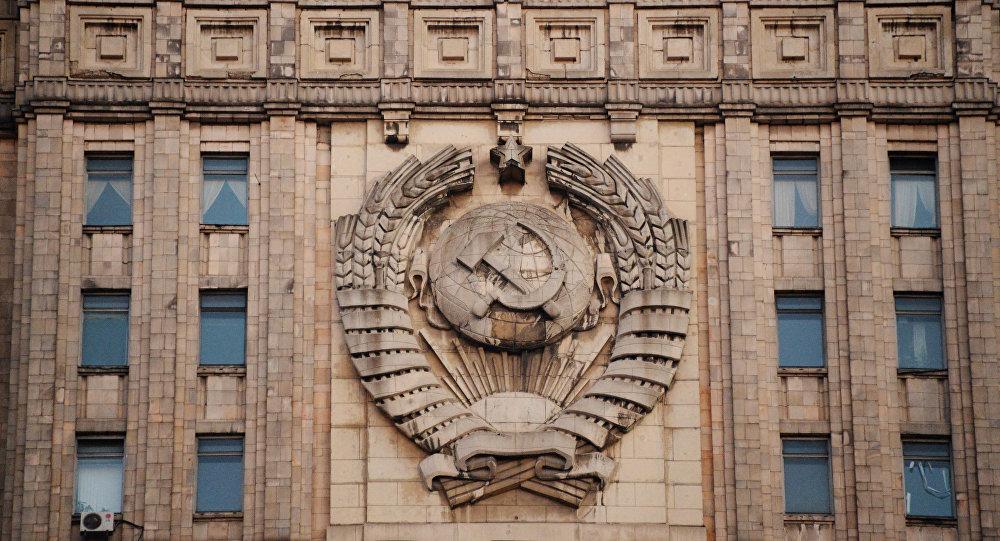 Státní znak SSSR na budově MZV RF