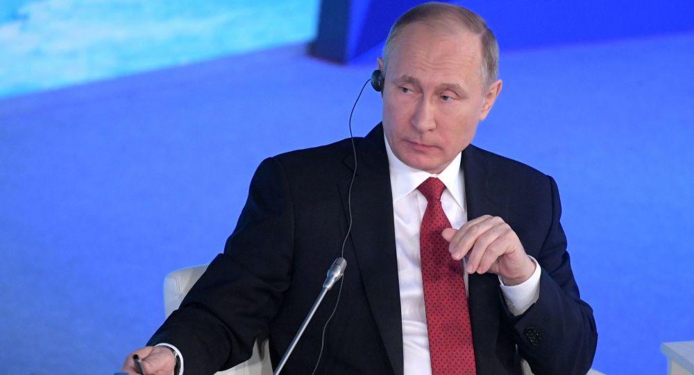 Ruský prezident Vladimir Putin na plenárním zasedání fóra Arktida — území dialogu