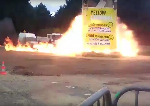 Na internetu se objevilo video výbuchu na karnevalu v Paříži