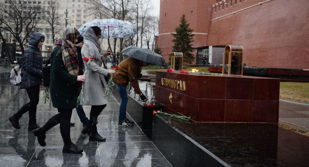 Moskvané nesou květiny k memoriálu města-hrdiny Leningradu v Alexadrovském sad