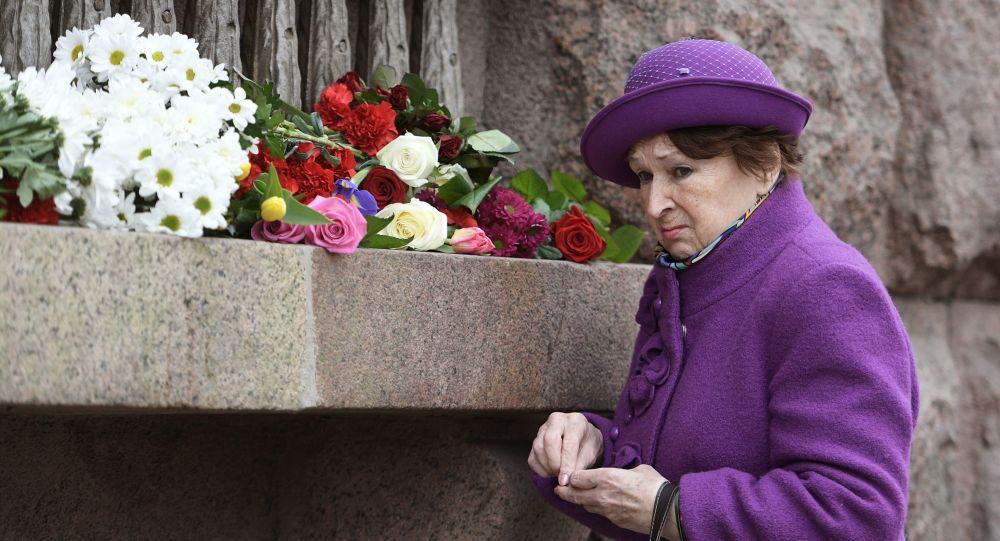 Žena vedle stanice metra Techologičeský institut v Petrohradě