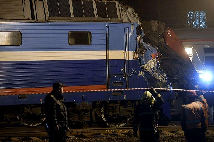Příměstský vlak se srazil v Moskvě