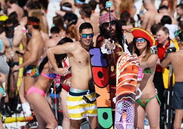 Účastníci vysokohorského karnevalu BoogelWoogel v lyžařském středisku Roza Chutor v Soči