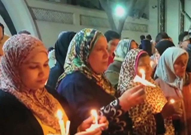 Křesťané a muslimové v Egyptě zapálili svíčky k uctění památky obětí teroristických útoků