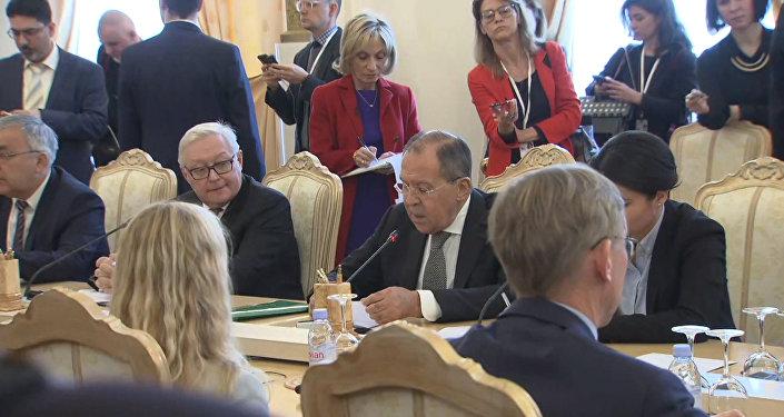 Na schůzce s Tillersonem poukázal Lavrov americkým žurnalistům na manýry