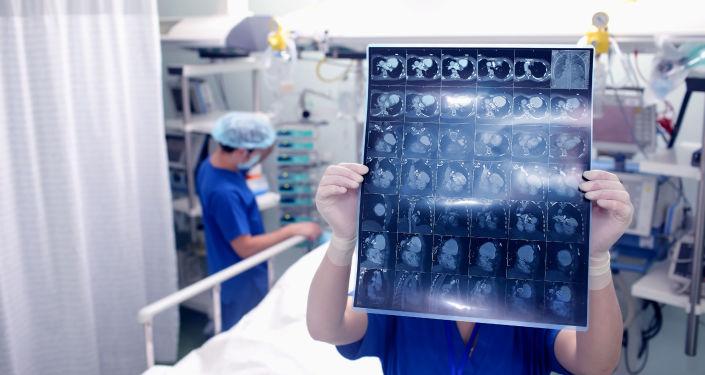 Lékař prohlíží tomografii mozku pacienta v nemocnici