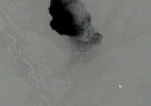 Shození bomby GBU-43/B v Afghánistánu na pozice teroristické fronty Islámský stát