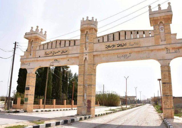 Ulice v syrském městě Dayr Hafir v provincii Aleppo