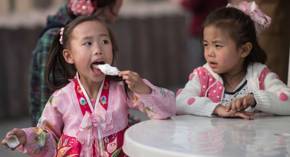 Dívky jedí zmrzlinu v Pchjongjangu