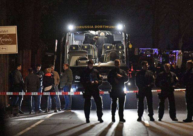 Полиция возле автобуса футбольной команды «Боруссия», поврежденного взрывом на улице Дортмунда, Германия