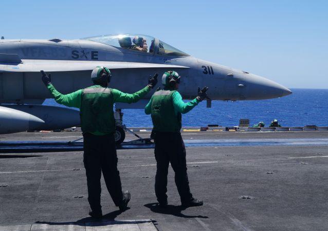 Palubní stíhačka-bombardér F/A-18. Ilustrační foto
